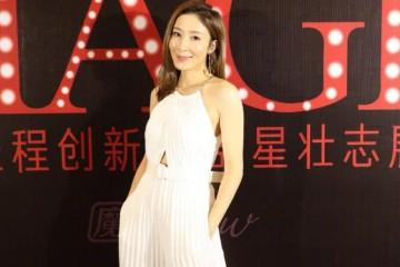 40岁杨怡身材真好穿白色挂脖连衣裙现活动高级气质不用装