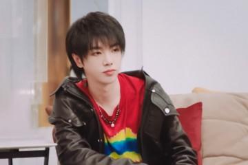 30岁华晨宇和20岁王俊凯都调配黑色皮衣少年感平起平坐